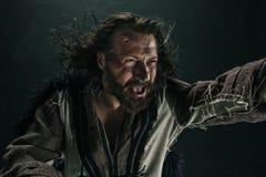 Portret brutalny przewodzący Viking w batalistycznej poczta pozuje przeciw czarnemu tłu fotografia royalty free