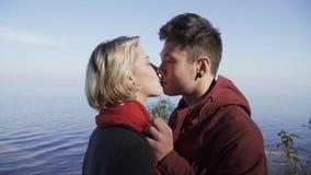 Portret całować wielo- etnicznej pary outdoors Facet i dziewczyna na dacie outdoors Piękna międzyrasowa para wewnątrz zdjęcie wideo