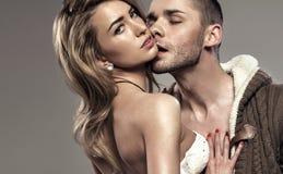 Portret całowanie para Zdjęcia Royalty Free