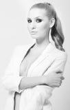 Portret caucasian blondynki elegancka kobieta z dymiącymi oczami ja Zdjęcia Stock