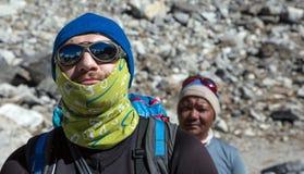 Portret caucasian Halny arywista i nepalese przewdonik zdjęcia stock