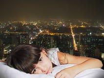 Portret caucasian smutny dziewczyny dziecka dzieciak na tło nocy cit Obraz Royalty Free