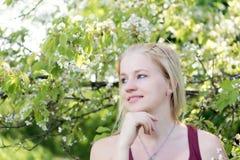 Portret chłodno uśmiechnięta młoda blond kobieta patrzeje stronę Zdjęcia Stock