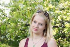 Portret chłodno uśmiechnięta młoda blond kobieta z szkłami na t Obrazy Stock