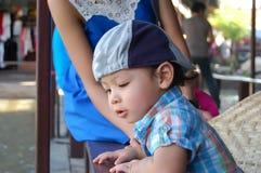 Portret chłopiec, azjata wiek 2 roku przy spławowym rynkiem Zdjęcie Stock