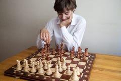 Portret chłopiec bawić się szachy Fotografia Stock