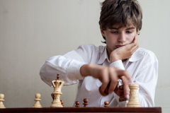 Portret chłopiec bawić się szachy Fotografia Royalty Free
