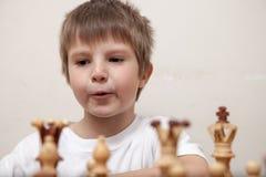 Portret chłopiec bawić się szachy obrazy royalty free
