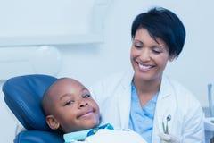Portret chłopiec czekanie dla stomatologicznego egzaminu Zdjęcia Royalty Free