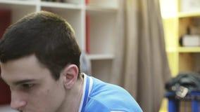 Portret chłopiec czyta coś na notatniku w pokoju Zwrot głowa na lewych krzyczeć i dreszczu czupiradło zdjęcie wideo