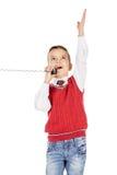 Portret chłopiec emocjonalnie opowiada na depeszującym telefonie na whit Zdjęcia Royalty Free