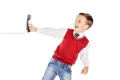 Portret chłopiec emocjonalnie opowiada na depeszującym telefonie na whit Obraz Royalty Free