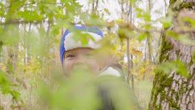Portret chłopiec która bawić się w jesieni ono uśmiecha się i parku zbiory