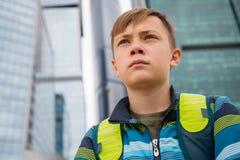 Portret chłopiec na tle Moskwa Międzynarodowy Biznesowy Cente obraz stock