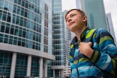 Portret chłopiec na tle Moskwa Międzynarodowy Biznesowy Cente zdjęcie royalty free
