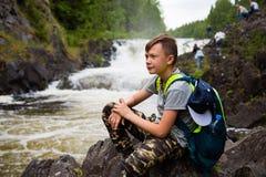 Portret chłopiec pozycja blisko siklawy fotografia royalty free