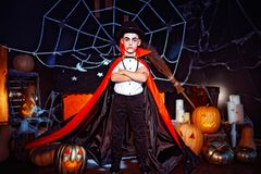 Portret chłopiec ubierał w kostiumu wampir nad grunge tłem obraz stock