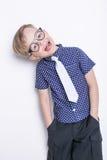 Portret chłopiec w śmiesznym krawacie i szkłach troszkę szkoła preschool Moda Pracowniany portret odizolowywający nad białym tłem Zdjęcie Royalty Free