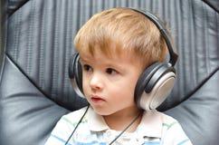 Portret chłopiec w hełmofonach Obrazy Stock