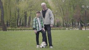 Portret ch?opiec w koszula patrzeje kamera w parku w kratk? pozytywu starym cz?owieku i Wnuk zbiory