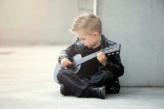 Portret chłopiec w skórzanej kurtce i iroquois ostrzyżenie przystojna, wyczulona, smutna, Fotografia Royalty Free