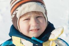 Portret chłopiec w zim płótnach outdoors zdjęcie royalty free