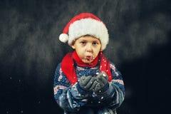 Portret chłopiec w zimie, dziecko w Santa kapeluszu i ciepły pulower, fotografia royalty free
