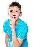 Portret chłopiec wskazuje palec pokazuje emocje ekspresyjne na białym tle z błękitną koszula Zdjęcia Stock