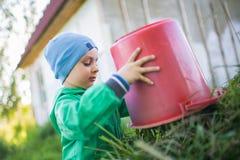 Portret chłopiec wywala trawy troszkę Zdjęcie Stock
