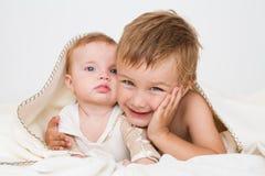 Portret chłopiec z nowonarodzoną siostrą Zdjęcia Stock