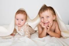 Portret chłopiec z nowonarodzoną siostrą Obraz Stock