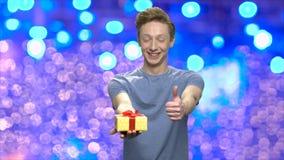 Portret chłopiec z prezenta kciukiem w górę i pudełkiem zbiory