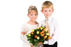Portret chłopiec i dziewczyny mienia kwiaty Obrazy Stock