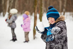 Portret chłopiec która celuje z snowball Zdjęcia Royalty Free