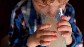Portret chłopiec pije mleko zbiory