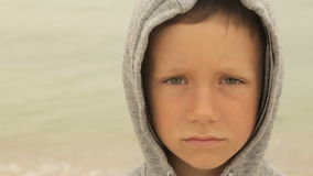 Portret chłopiec przeciw morzu zbiory wideo