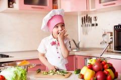 Portret chłopiec w kapeluszu szef kuchni i fartuch Mali szefów kuchni kucharzi w kuchni Obrazy Royalty Free