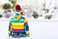 Portret chłopiec w kolorowych ubraniach w zimie, outdoors Obrazy Stock