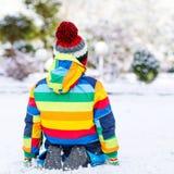 Portret chłopiec w kolorowych ubraniach w zimie, outdoors Zdjęcie Stock
