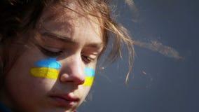 Portret ch?opiec z Ukrai?sk? flag? na twarzy cia?o obraz zbiory wideo