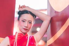 Portret Chińska kobieta przed świątynną bramą obraz royalty free