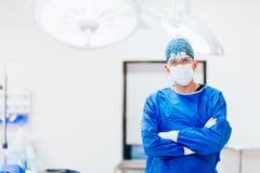 Portret chirurg plastyczny z wyposażeniem pracuje w szpitalnej sala operacyjnej obraz royalty free
