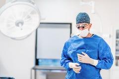 Portret chirurg w sala operacyjnej Kosmetyczny chirurg plastyczny jest ubranym pętaczki, gogle i rękawiczki dostaje przygotowywaj obraz stock