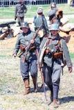 Portret chodzący żołnierze Są ubranym hełmy Zdjęcia Stock