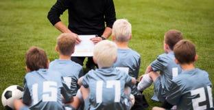 Portret chłopiec piłki nożnej drużyna Piłki nożnej drużyna futbolowa z trenerem przy Zdjęcia Royalty Free