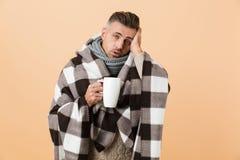 Portret chory mężczyzna zawijający w koc fotografia stock