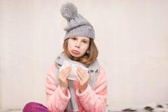 Portret chorzy małej dziewczynki odzieży scarves i kapelusz obrazy royalty free