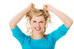 Portret ciągnie jej włosy gniewna kobieta Zdjęcie Royalty Free