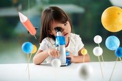 Portret Ciekawy Mały naukowiec obraz stock