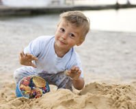 Portret cieszy się na plaży z piaskiem szczęśliwa chłopiec Fotografia Royalty Free